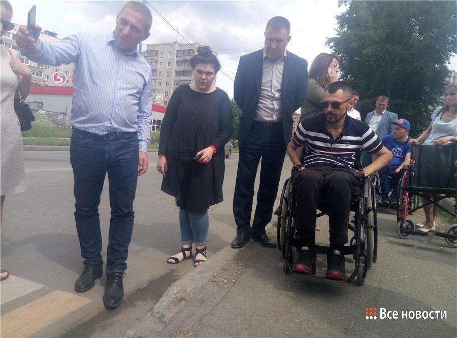 Пересечь улицу Дружинина на коляске невозможно без помощи посторонних