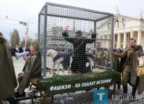 Из-за «фашиста» в клетке на параде Победы Навальный посоветовал администрации Нижнего Тагила сходить к доктору