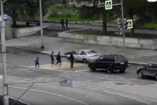 Решил проскочить на красный: появилось видео как таксист на Daewoo Nexia сбил школьницу на «зебре»