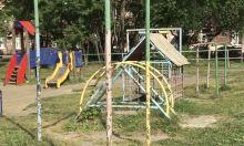 Будет чистое поле на 18 подъездов. Жители дома воюют с управляющей компанией из детской площадки: УК хочет ее снести ради безопасности, но денег на новую нет