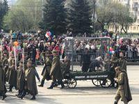 В Нижнем Тагиле на параде Победы провезли клетку с «фашистами» (фото)