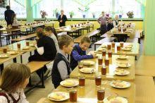 Бизнес на детях: 90% за школьные обеды платят родители, а кормят фальсификатом и некачественными продуктами