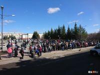 Тысячи людей пришли проститься с великим меценатом Владиславом Тетюхиным (фото)