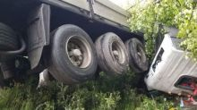 На Серовском тракте тягач с прицепом улетел в кювет и перевернулся. Водитель и ребенок в больнице (фото)