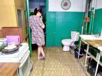 В одном помещении готовить и справлять нужду: жители дома под Нижним Тагилом поставили туалет на общей кухне из-за войны с соседями