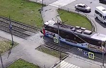 Появилось видео, как трамвай сбивает подростка в наушниках на Гальянке