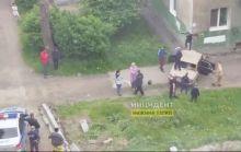 Подростки врезались на «Жигулях» в угол дома, а после разгромили автомобиль. Полицейские стояли в стороне и просто наблюдали (видео)