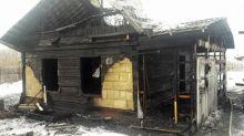 «Внук хозяйки дома разжег костер в комнате»: на Сухоложском полностью сгорел частный дом (фото)