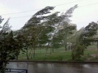 Ветром с крыш срывает кровлю в центре города. Свердловские метеорологи разослали экстренное предупреждение (видео)