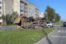 В Нижнем Тагиле пассажирская «Газель» перевернулась после столкновения (фото)