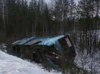 На Серовском тракте автобус с 25 пассажирами съехал в кювет и перевернулся из-за уснувшего водителя (фото)