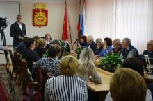 Из 28 депутатов только 8 из прежнего созыва. Избирком Нижнего Тагила вручил избранным депутатам удостоверения (фото)