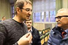 В Серове депутат «Единой России» выбил телефон из рук активиста, который задал неудобный вопрос про мусорную реформу (видео)