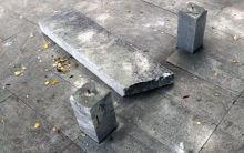Вандалы сломали скамейку у памятника тагильчанам, погибшим в авиакатастрофе