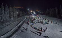 Больше трёх сотен сноубордистов и лыжников устроили массовый спуск с фонариками на горе Белой (фото, видео)