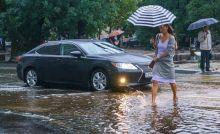 «По ГОСТам никаких луж на дороге не должно быть»: Госдума фактически разрешила водителям обрызгивать людей, идущих по тротуарам