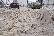 Каша из снега и грязи на дорогах стала непреодолимым препятствием для многих автолюбителей Нижнего Тагила (фото)