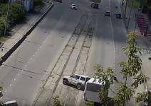 В Нижнем Тагиле автобус врезался в УАЗ. Испуганная автоледи нажала на педаль газа и въехала в бетонный забор (видео)