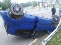 В центре Нижнего Тагила Volkswagen от столкновения вылетел на тротуар. Трое пострадавших (фото)