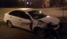 В центре Нижнего Тагила Nissan снёс забор и вылетел на тротуар (видео)