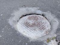 Родители жалуются на проваливающийся канализационный люк у входа в детский сад, до которого никому нет дела