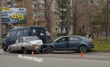 Засмотрелся и перепутал педали: появилось видео аварии на Вагонке с участием трех автомобилей