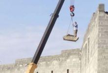 Очевидцы сняли, как рабочий катается на строительном кране в Нижнем Тагиле