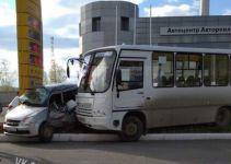 В Нижнем Тагиле иномарка с автобусом врезались в заправку (фото)