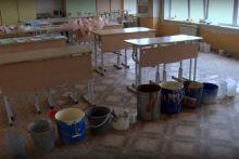 Стены затягивает грибком, а штукатурка сыпется буквально каждую минуту: в школе Нижнего Тагила кабинеты закрывают один за другим (видео)