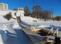 Прорубь для Крещенских купаний оборудовали на Тагильском пруду (фото)