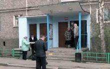 Двери квартир разбухли, лифт вышел из строя: в Нижнем Тагиле жильцов дома в центре города топит второй раз за месяц (видео)