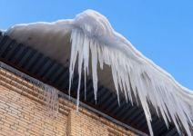 Житель Нижнего Тагила чудом спасся от падающей на него с крыши глыбы снега и льда (видео)