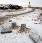 Установленные камеры «Безопасного города» не помогли: вандалы сломали мраморную скамейку на Лисьей горе (фото)