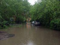 В Нижнем Тагиле дождем затоплены дороги и дома, чьи крыши еще не сделали после недавнего урагана