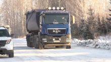 Многотонные фуры разрушают дорогу в поселке Евстюниха, объезжая пункт весового контроля на Серовской трассе (видео)