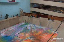 300 пакетиками с краской забросали самую большую картину (фото)