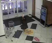 Неизвестная женщина украла в ТРЦ «КИТ» сумку с деньгами и документами. Беременная хозяйка пропажи не может попасть к врачу и просит опознать воровку по ВИДЕО за вознаграждение
