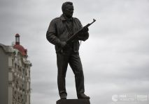 На памятнике Михаилу Калашникову в Москве обнаружили нацистский немецкий автомат. Скульптор объяснил, что взял изображение «из интернета»