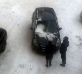В центре Нижнего Тагила на автомобиль, в котором находился ребенок, упала глыба льда