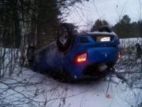 На Серовском тракте тагильчанка на Renault Sandero улетела в кювет (фото)