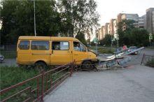 Три пассажира пострадали в ДТП с маршруткой и светофором в Нижнем Тагиле (фото)