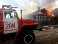 Три дома и две легковушки сгорели в Черноисточинске (фото, видео)