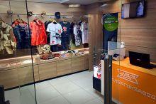 Персонал уволен, товар опечатан. УВЗ отказался от торговли одеждой и сувенирами