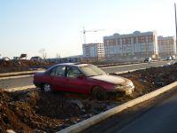 В Нижнем Тагиле строители новой дороги «замуровали» автомобиль прямо на разделительной полосе (фото)