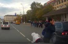 В Нижнем Тагиле иномарка сбила перебегавшую дорогу девушку. Пострадавшая с места аварии скрылась (видео)