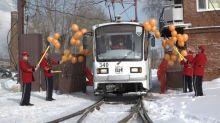 От кондукторов в роли клоунов решили отказаться: в Нижнем Тагиле начал курсировать цирковой трамвай (фото, видео)