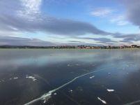 Замерзший Черноисточинской пруд позеленел. Зимой такое явление наблюдается впервые (фото)