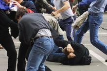 На Красном Камне банда подростков ограбила и избила двух мужчин (видео)